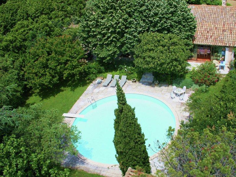 Quaint Holiday Home in Villeneuve-lès-Avignon with Pool, holiday rental in Villeneuve-les-Avignon