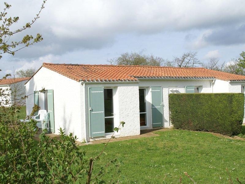 Semi-detached bungalow with microwave, in the great Vendée, location de vacances à Sigournais