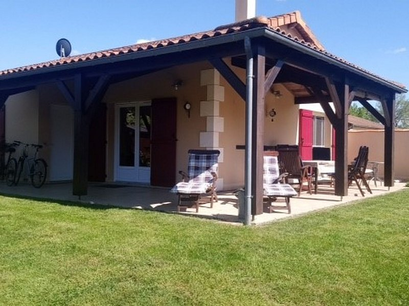 Attractive villa on exclusive family park with swimming pool in peaceful setting, vacation rental in Rouille
