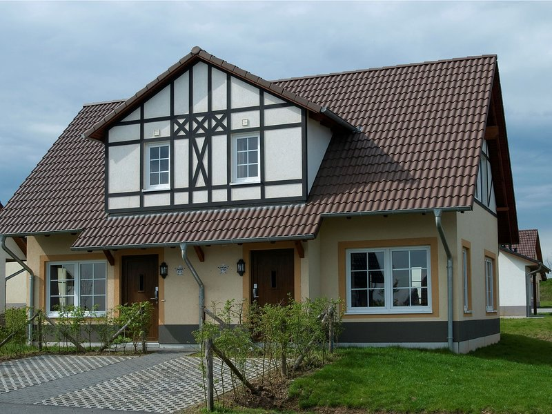 Traditional holiday home with 2 bathrooms near river Moselle – semesterbostad i Ediger-Eller