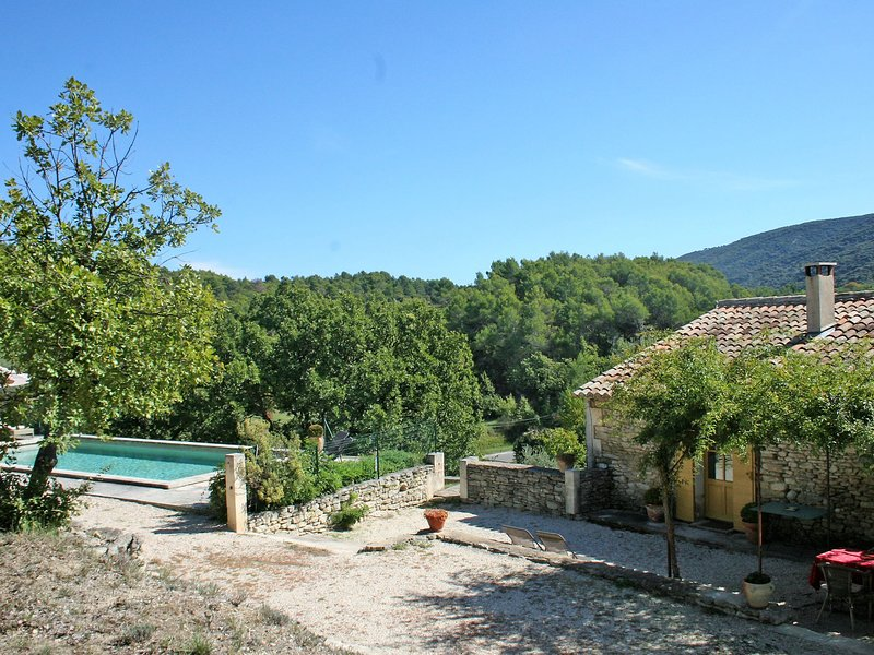 Stylish Holiday Home in Lacoste with Swimming Pool, holiday rental in Lacoste