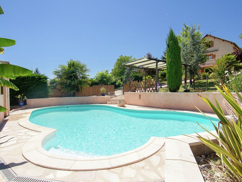Comfortable holiday home with private swimming pool, plenty of space and privacy, location de vacances à Annesse-et-Beaulieu