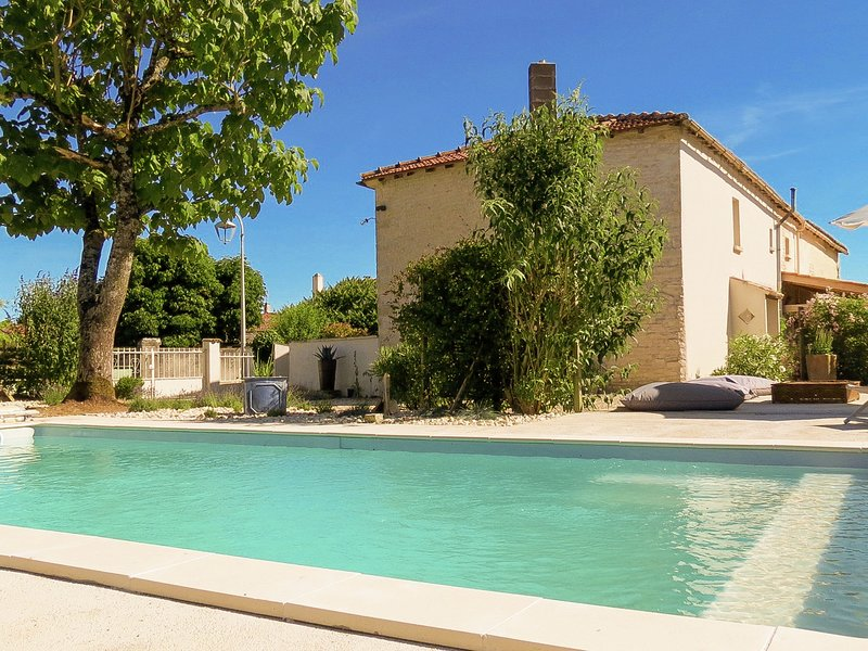 Comfortable cottage with heated pool and secluded garden in the Cognac region., alquiler vacacional en Villemorin
