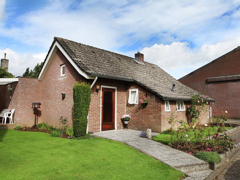 Tranquil Holiday Home in Margraten Limburg with garden seating, casa vacanza a Gronsveld