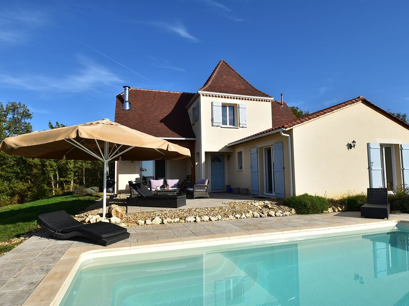 Quaint Villa in Aquitaine with Swimming Pool, holiday rental in Pressignac-Vicq