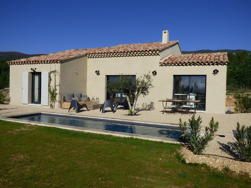 Beautiful, modern villa with private pool, fenced garden, in the beautiful Lubé, vacation rental in Cucuron