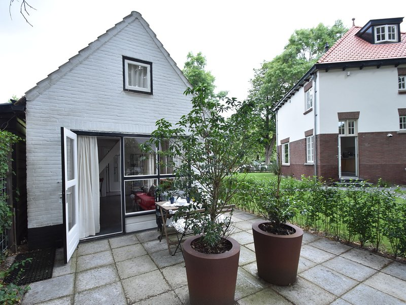 Romantic summerhouse in the heart of Bergen next to the Hertenkamp, parkingspace, holiday rental in Bergen