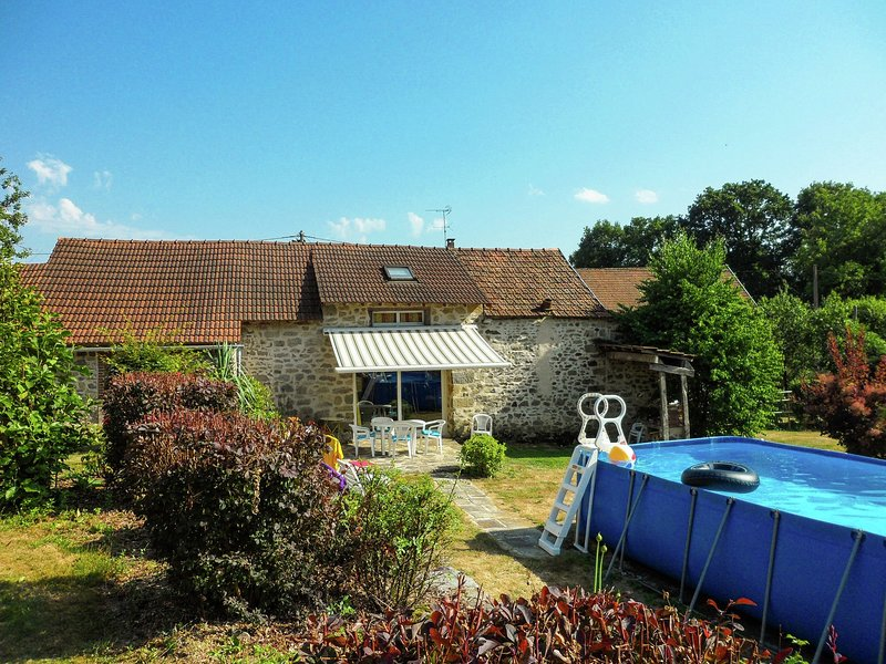 Cosy holiday home with private swimming pool in the centre of France, vacation rental in Janaillat