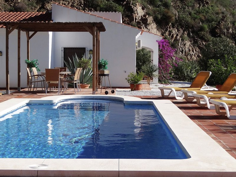 Villa with ensuite bathrooms, private pool and stunning views, 10km from sea, location de vacances à Loma las Chozas