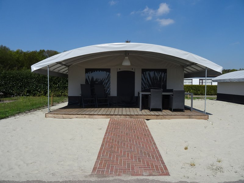 Comfortable tent lodge near the Loonse and Drunense Duinen, vacation rental in Vlijmen