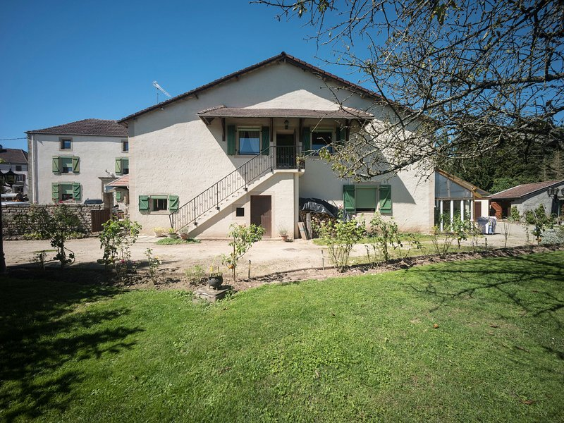 Apartment at the edge of a forest, holiday rental in Mirecourt