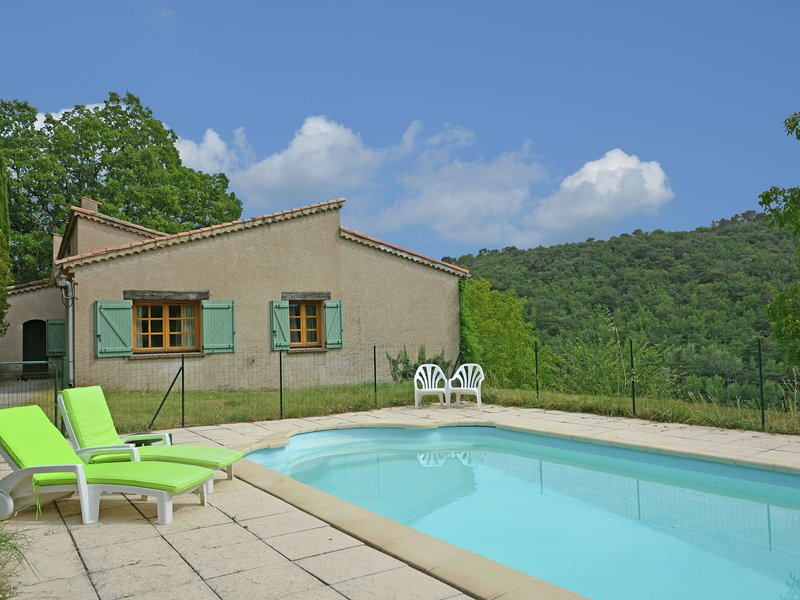 Villa with swimming pool and panoramic view walking distance from Ampus, aluguéis de temporada em Chateaudouble