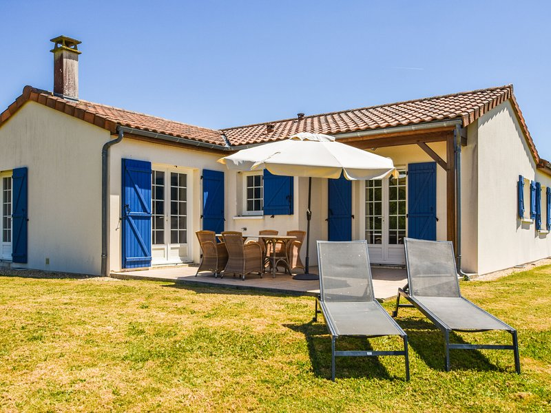 Cozy Villa with Swimming Pool in Les Forges, vacation rental in Rouille
