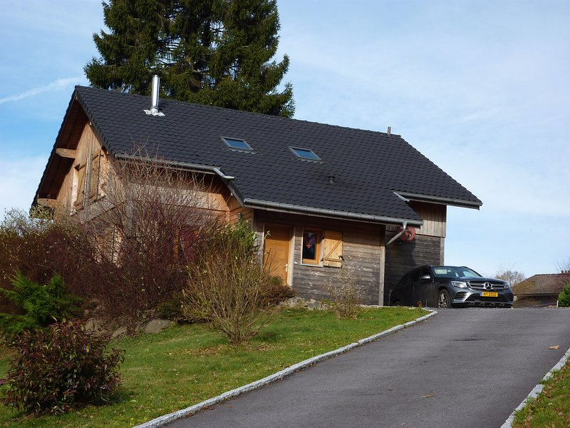 Cozy Chalet in Liézey with view of French Countryside – semesterbostad i Granges-Sur-Vologne