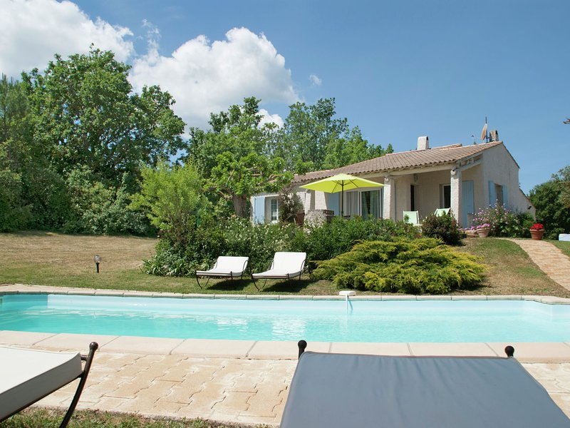 Provencal villa with heated private pool and panoramic views, 2 km from village, vacation rental in Oppedette