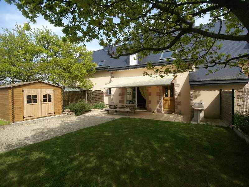 Comfortable semi-detached holiday home 700m from the beach in Brittany, vacation rental in Erquy