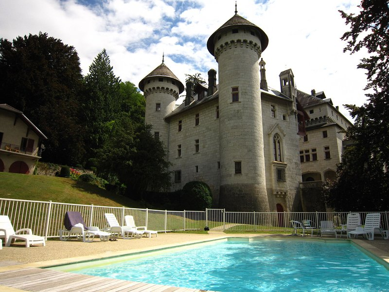 Cozy Castle in Serrières-en-Chautagne with Swimming Pool, holiday rental in Vallieres