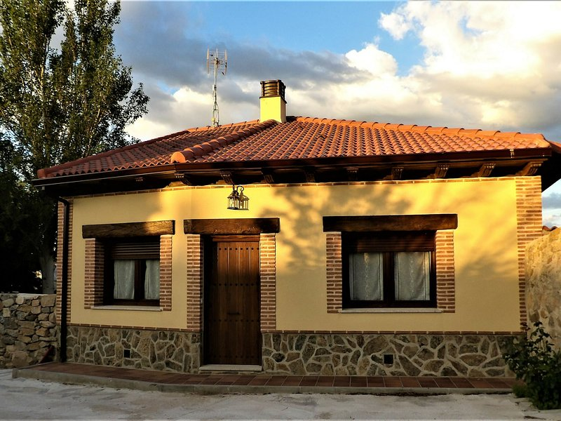 Beautiful rural house with pool in a quiet area near Ávila, alquiler de vacaciones en La Serrada