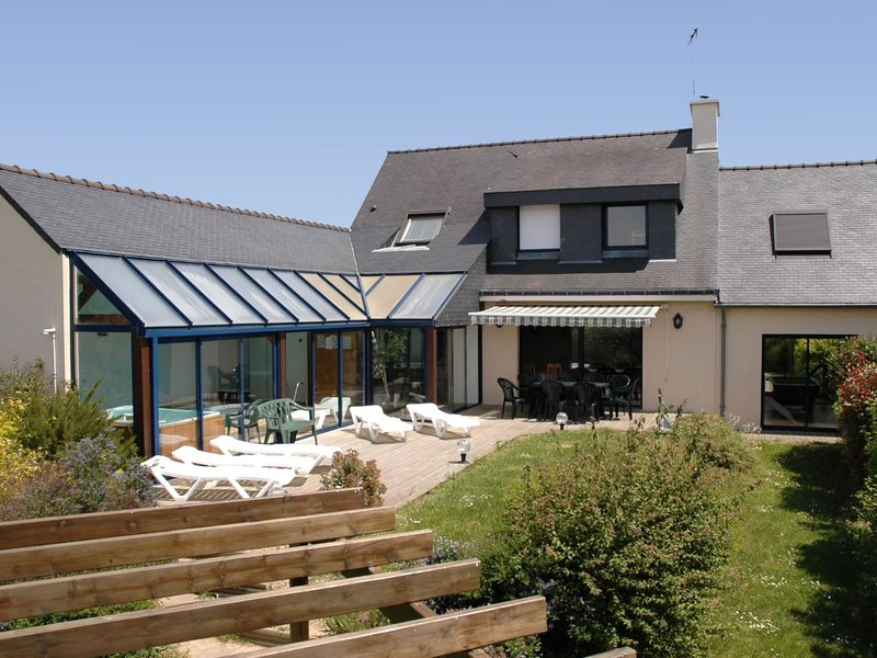Detached villa near the beach with private indoor pool and sauna, holiday rental in Port-Manech
