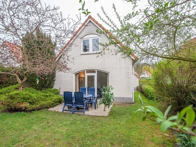 Comfortable villa with combi-microwave in green surroundings, alquiler vacacional en Swolgen