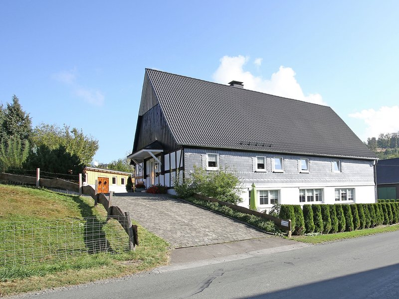 Apartment in the Sauerland region on a farm with animals and private terrace, alquiler vacacional en Kirchrarbach