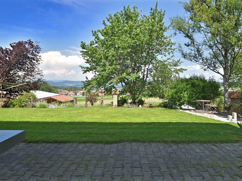Beautiful ground floor flat with private terrace in the Bavarian Forest, aluguéis de temporada em Fuersteneck
