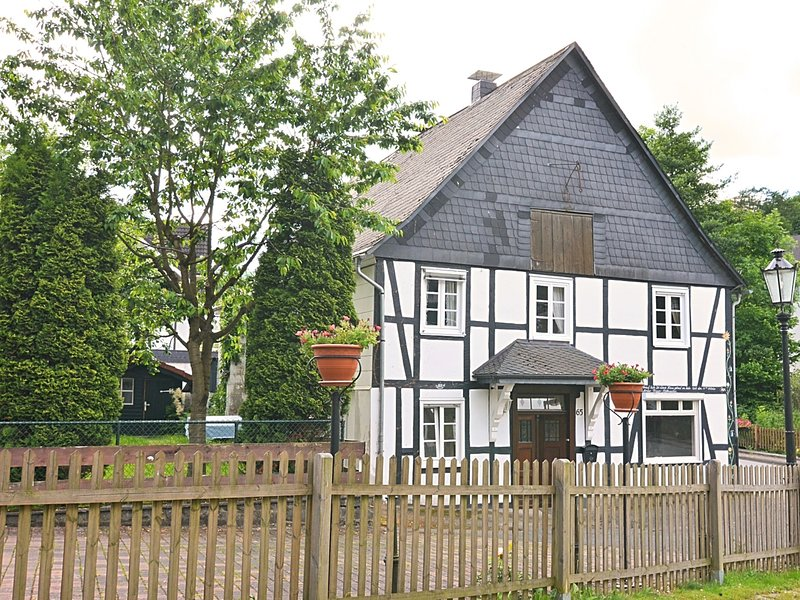 Detached holiday home in the Sauerland region - fenced-in garden with garden fur, holiday rental in Assinghausen