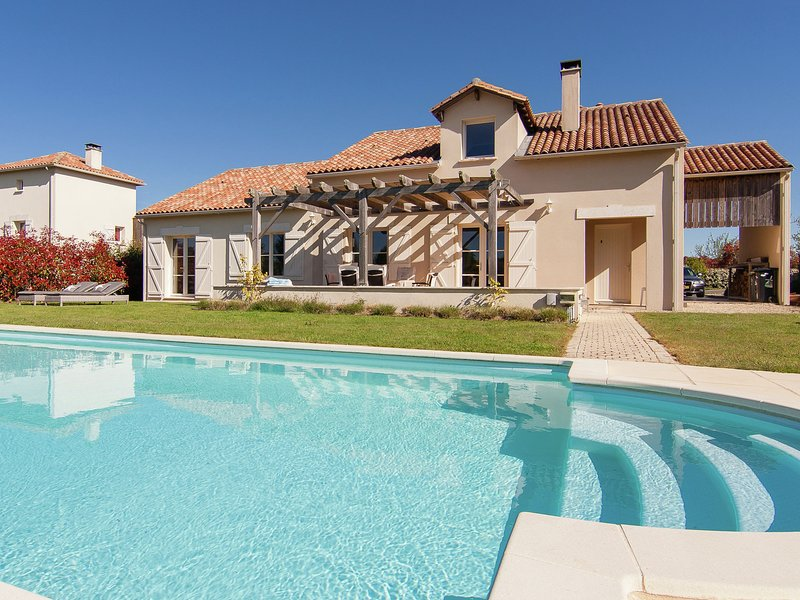 Separate villa in Rouzède with garden, vacation rental in Montbron