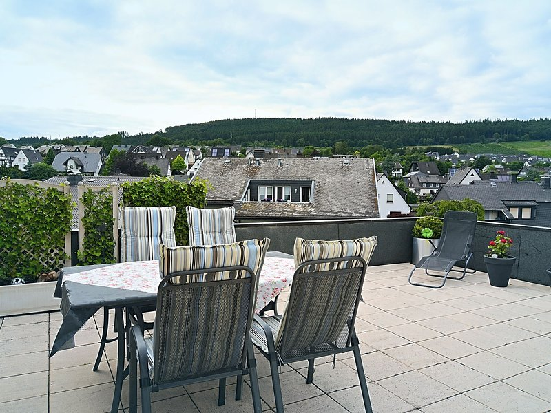 Attractive holiday home in the Sauerland region - wood stove and a terrace, holiday rental in Assinghausen