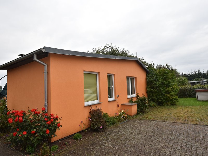 Quaint Bungalow in Reddelich near Baltic Sea Coast, holiday rental in Bad Doberan