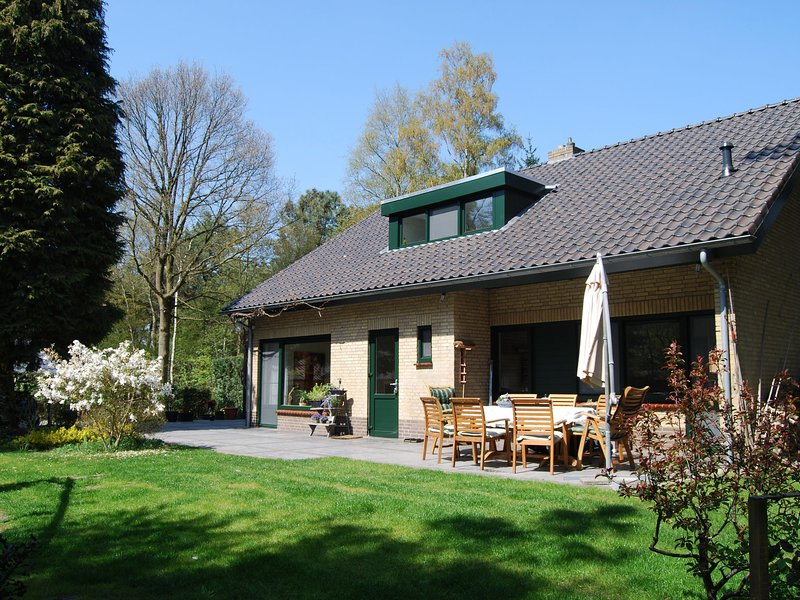 Stunning villa with 1 ha of private forest, a swimming pool, and a sauna, casa vacanza a Elsendorp
