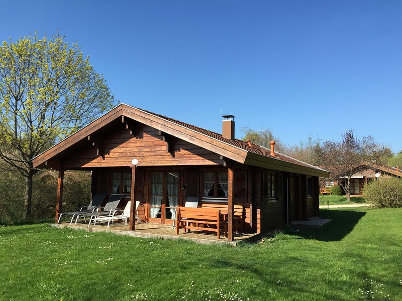 Cozy, wooden bungalow with a stove, in a nature reserve, vacation rental in Hayingen
