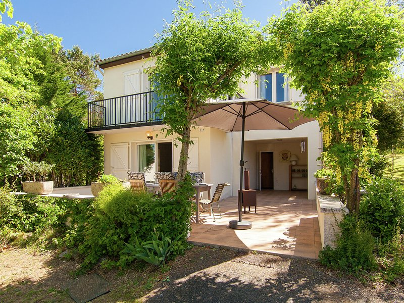 Lots of privacy and close to all amenities (shop, restaurant, pool, etc.), vacation rental in Montbron