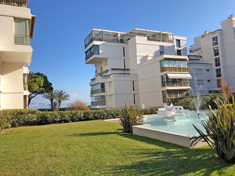 Modern apartment with air conditioning, pool and tennis courts, within walking d, holiday rental in La Napoule-Plage