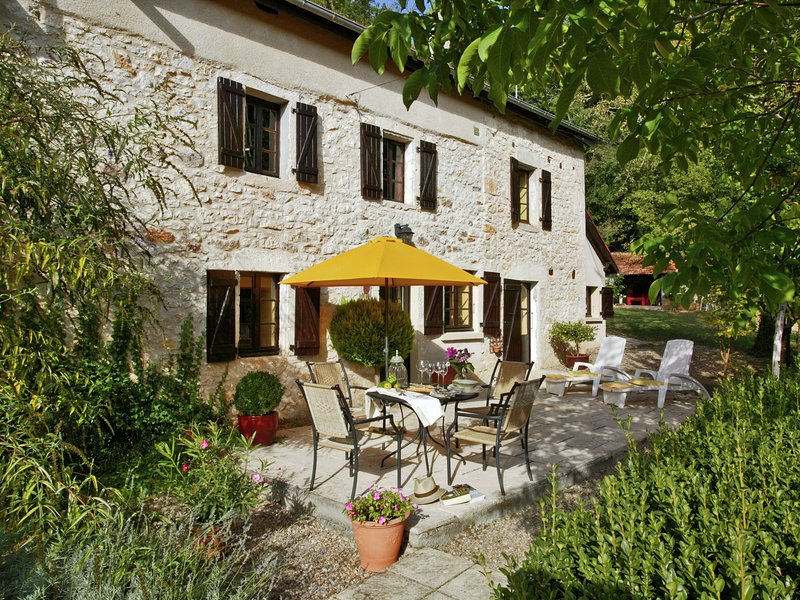 Stylish stay on a private estate with sauna, heated pool and jacuzzi, casa vacanza a Cazoules