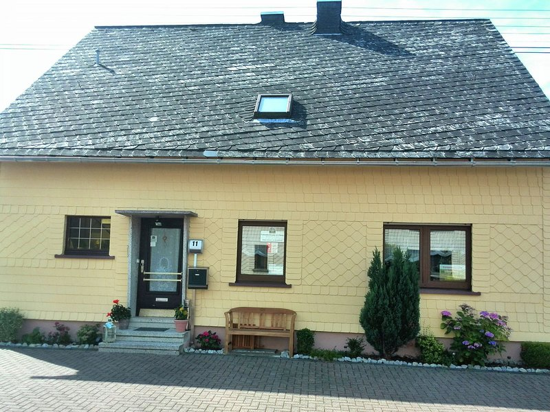 Cozy Apartment with Private Garden near Forest in Nisterau, vacation rental in Hachenburg