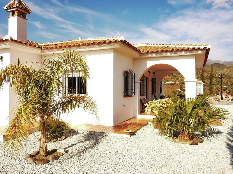 Detached holiday home with private swimming pool, privacy and stunning views, alquiler vacacional en Canillas de Aceituno