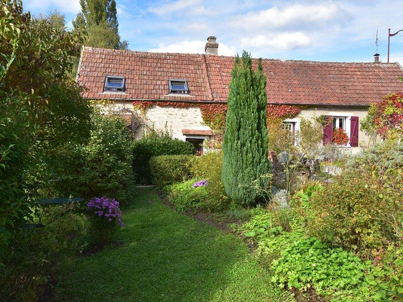 Quaint Holiday Home with Garden in Mézy-Moulins France, location de vacances à Mezy-Moulins