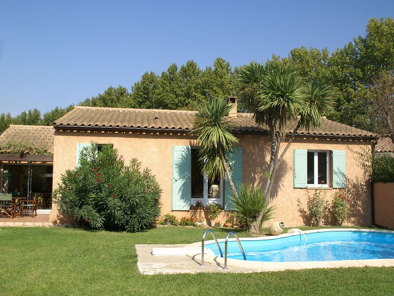 Cozy Holiday Home in Noves with Swimming Pool, holiday rental in Noves