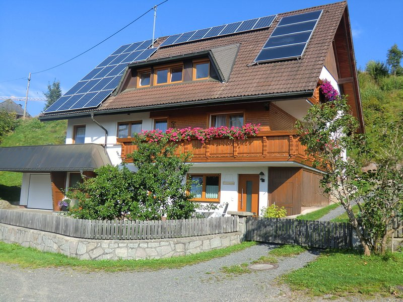Apartment with garden, terrace and a great view of the Black Forest, location de vacances à Menzenschwand