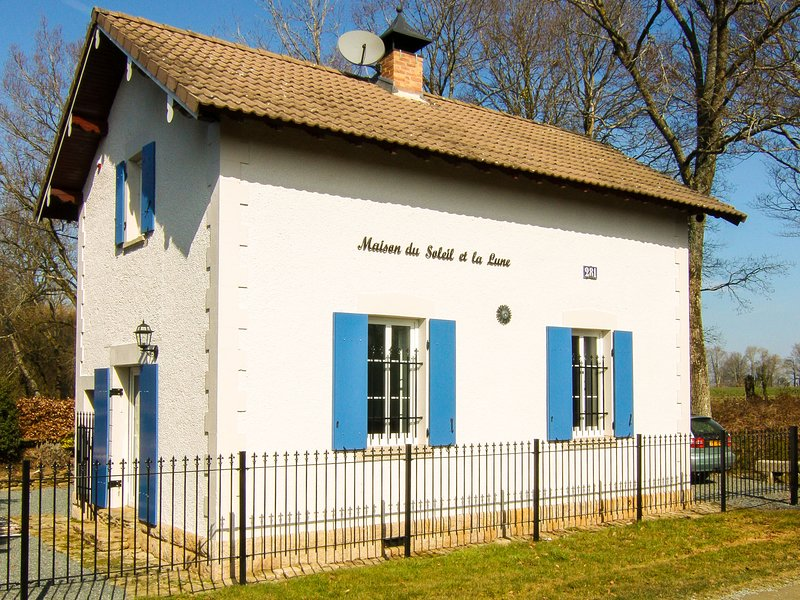 Quaint Holiday Home in Saint-Marien with Private Garden, holiday rental in Viersat