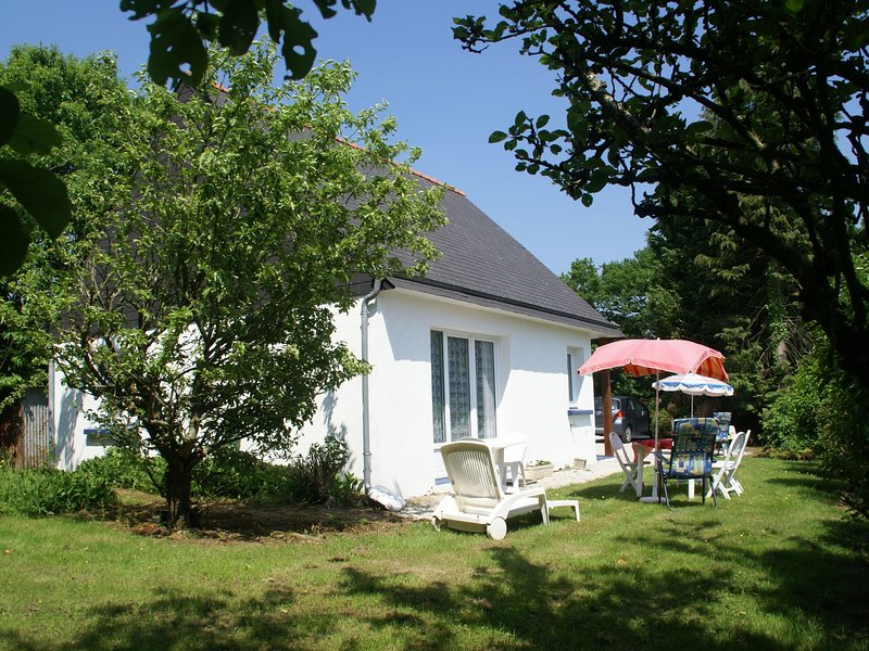 Holiday home with a nice garden, in Brittany's culturally rich hinterland, holiday rental in Saint-Tugdual
