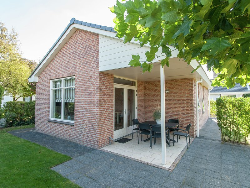 Cozy bungalow with a spacious garden at 1.2 km. from the sea, holiday rental in Katwijk