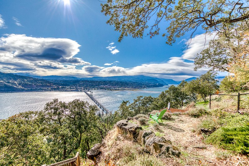 Riverview colonial-style home with panoramic views of the Gorge, location de vacances à White Salmon