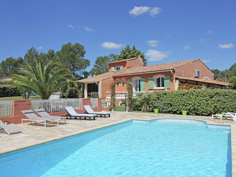 large villa with private swimming pool and beautiful garden, beaches at 15 km, holiday rental in Bagnols-en-Foret