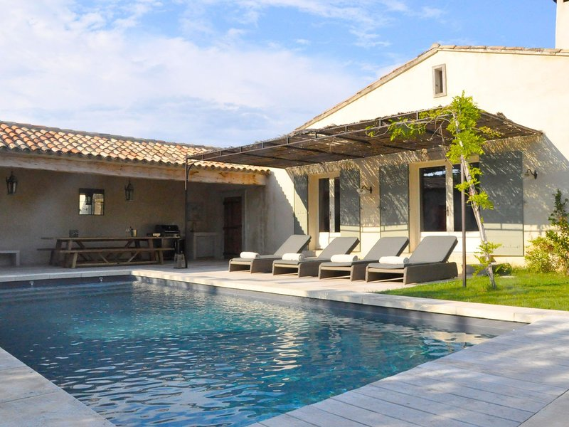 Beautiful Mas with enclosed garden and private pool, within walking distance of, holiday rental in Eygalieres