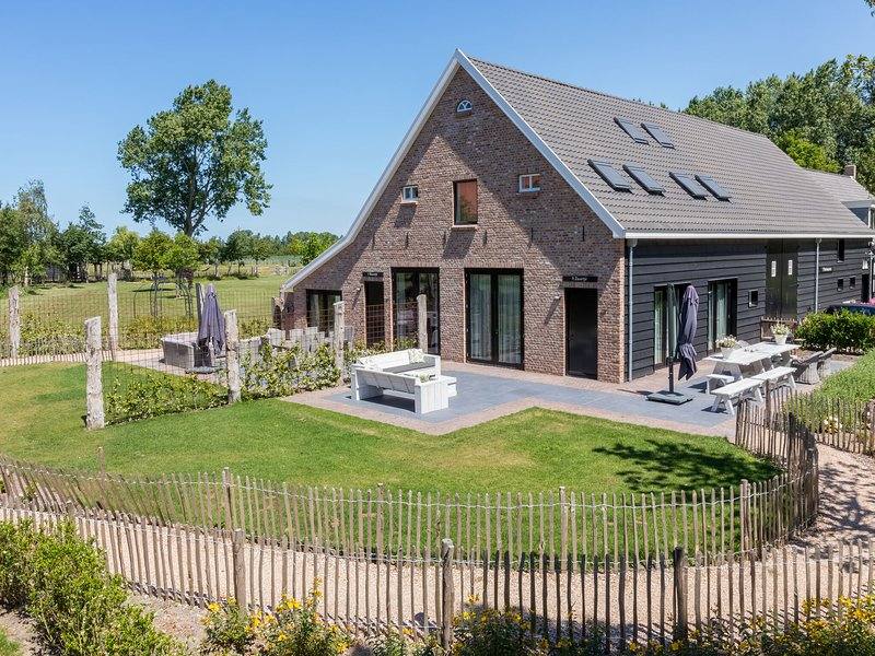 Very luxurious holiday home in beautiful Zeeland style, suitable for 7 people, casa vacanza a Vrouwenpolder
