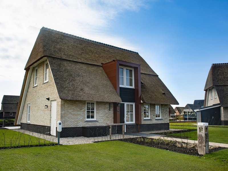 Beautiful, thatched villa with a sauna at the Tjeukemeer, Ferienwohnung in Idskenhuizen