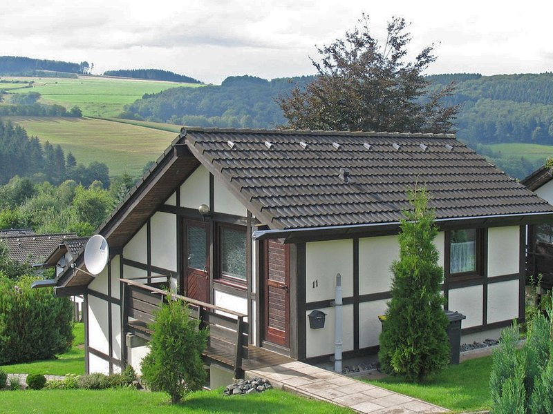 Lovely house in an ideal location in the Sauerland with garden and terrace, alquiler vacacional en Kirchrarbach