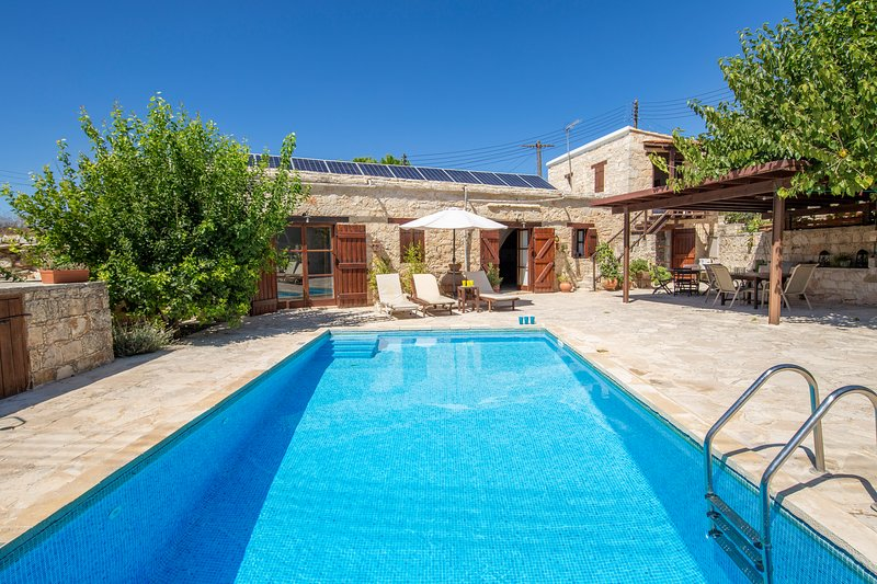 Villa Constanteras, Kathikas- 4 Bedroom Traditional Stone House with Mod Cons, holiday rental in Pano Arodes